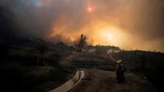 Incendio cerca de Los Ángeles, California obliga a evacuar a 60 mil personas