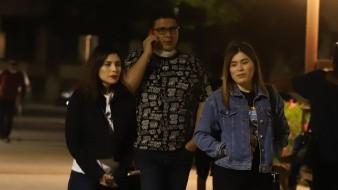 Un grupo de personas fue captado anoche en la Plaza Zaragoza, en Hermosillo, y ya se observan con suéteres y chamarras.