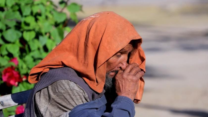 """Varias personas se protegen de las bajas temperaturas en el Centro de Hermosillo al """"desempolvar"""" las chamarras y en general la ropa de invierno.(Julián Ortega)"""
