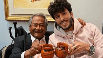 """Sebastián Yatra come gusanos de maguey alentado por Armando Manzanero: """"imposible decirte que no maestro"""""""