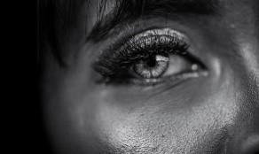 Entra la luz en el ojo y se transforma en signos nerviosos que viajan a través del nervio óptico al cerebro. Pero en este caso el ojo y el cerebro no están trabajando juntos.