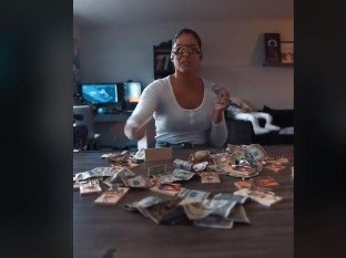 Esta mujer hace lo que sea con tal de ganar algunos billetes