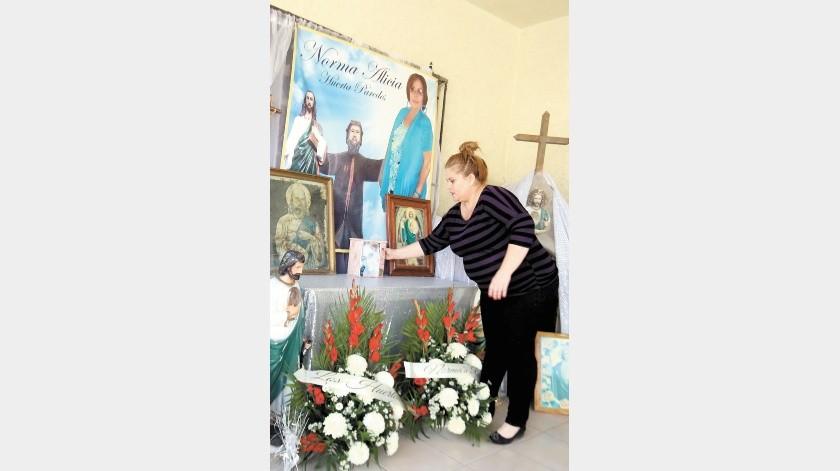 Mayra Huerta vela a San Judas Tadeo desde hace 5 años, luego que su mamá lo velara por 35, en su casa en la colonia Palo Verde. En el altar coloca las cenizas de su mamá.(Teodoro Borbón)