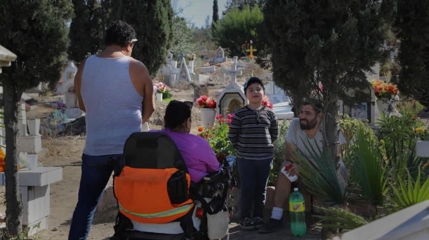 Las restricciones también alcanzarán a los panteones municipales, por lo que algunas familias acudieron antes.(Sergio Ortiz)