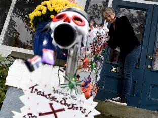 Carol McCarthy lanza golosinas por la tolva que utilizará para lanzar caramelos a los niños que salen en Halloween en Palmuta, Nueva Jersey.