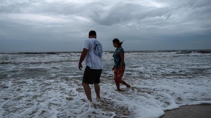El huracán se mueve hacia el norte-noreste a 35 kilómetros por hora (20 millas) al sur de la costa sur de Luisiana, según el más reciente reporte del NHC.(EFE)