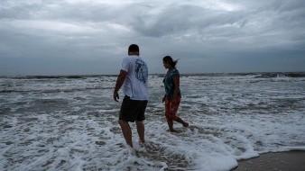 El huracán se mueve hacia el norte-noreste a 35 kilómetros por hora (20 millas) al sur de la costa sur de Luisiana, según el más reciente reporte del NHC.El huracán se mueve hacia el norte-noreste a 35 kilómetros por hora (20 millas) al sur de la costa sur de Luisiana, según el más reciente reporte del NHC.
