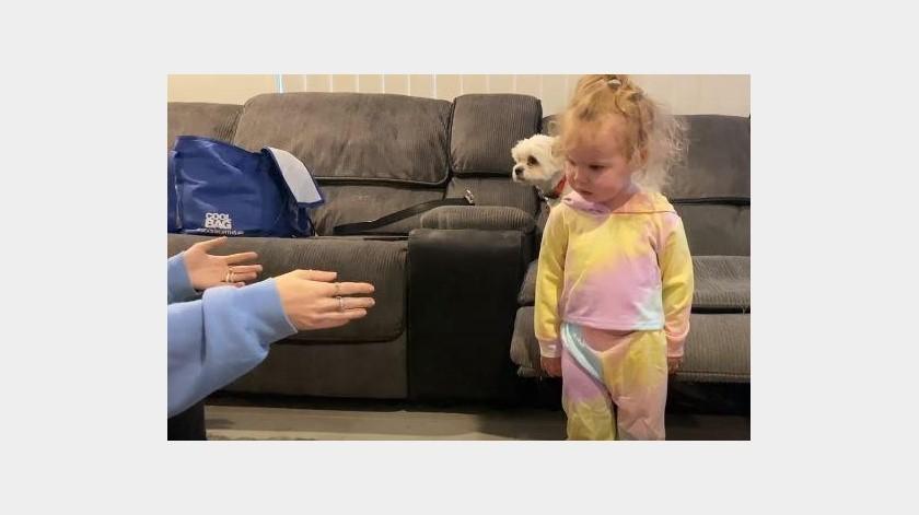 Niña se asusta con este adorno de Halloween(YouTube)