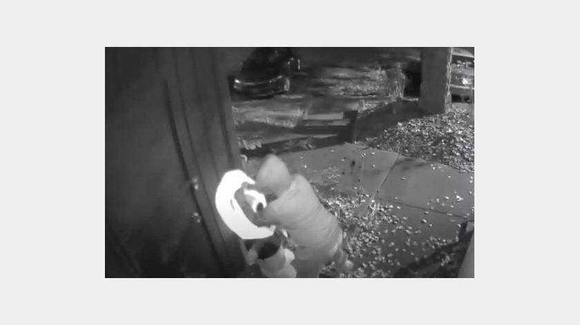 Hombre destruye trágicamente adornos de Halloween(YouTube)