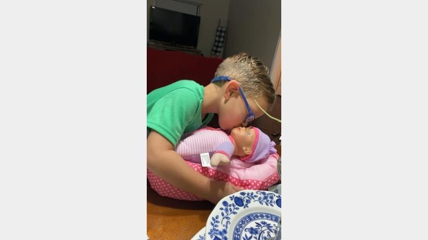 La mamá del pequeño relató que a lo largo de la primera tarde que tuvo su muñeca la cuidó, le dio de comer y la abrazó(Facebook)