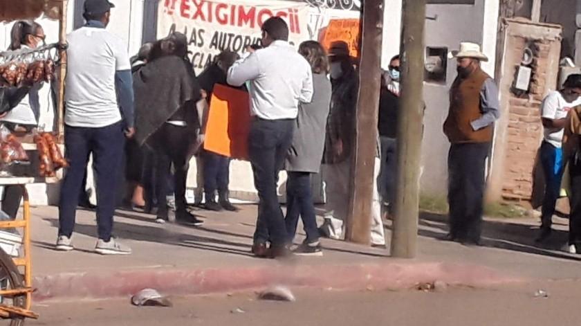 Familiares de maestro asesinado se manifestaron en Etchojoa.(Cortesía)