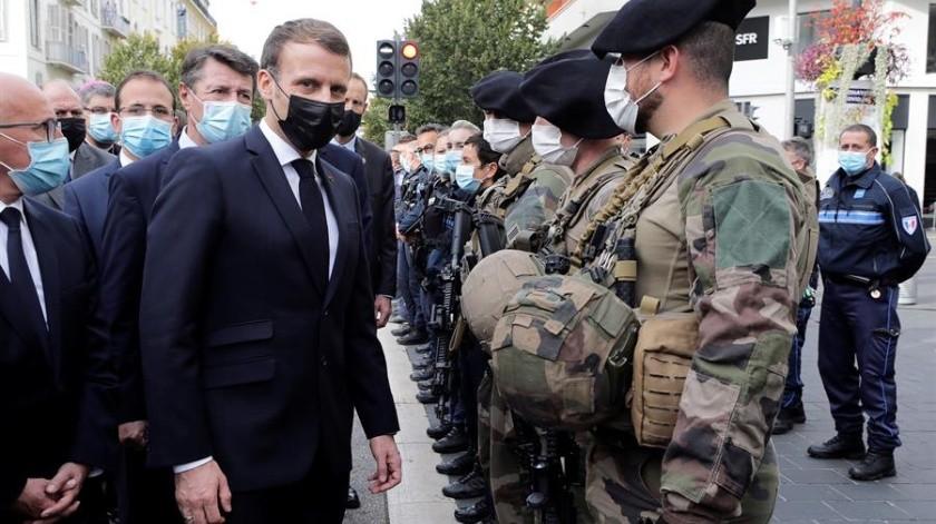 """""""No vamos a renunciar a nuestras caricaturas"""", dijo Macron durante un homenaje al profesor decapitado por mostrar dibujos del profeta Mahoma.(EFE)"""