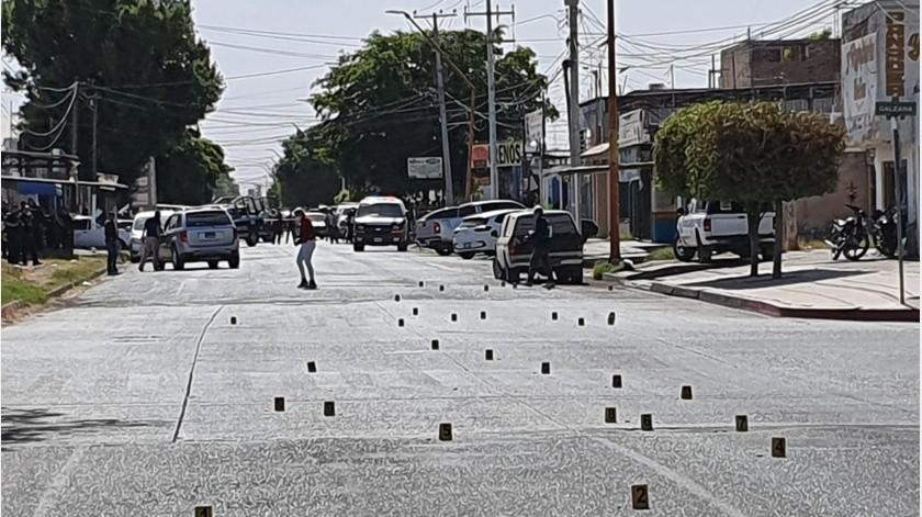 En medio de los disparos la camioneta atacada continuo su camino para terminar en el carril de sentido contrario de la misma calle Michoacán, pero unos 50 metros más adelante entre Galeana y Jesús García.(Especial)