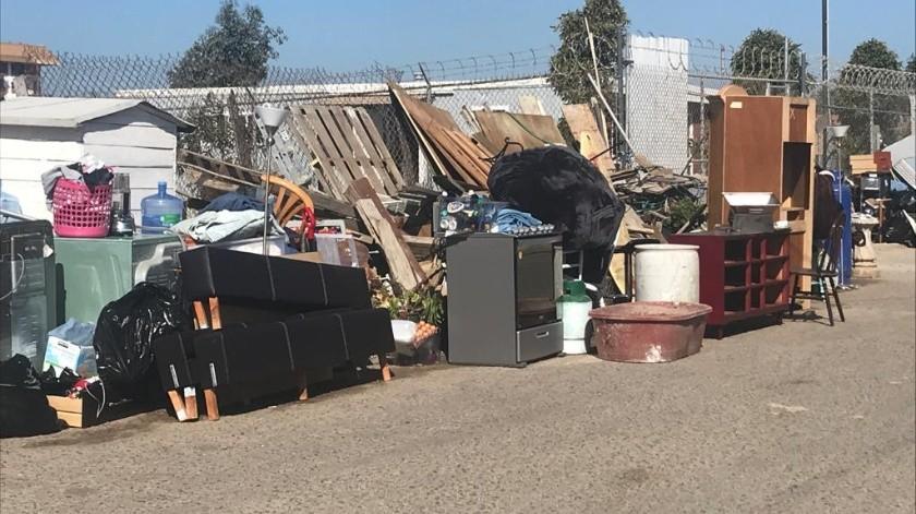 Las pertenencias de una decena de viviendas quedaron en la calle.