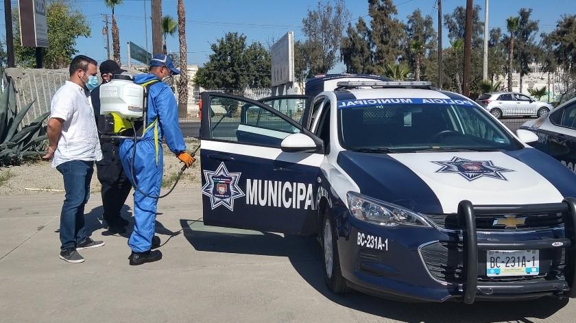 AIMO apoya a policías con desinfección de unidades y cubrebocas(Alejandra Pérez)