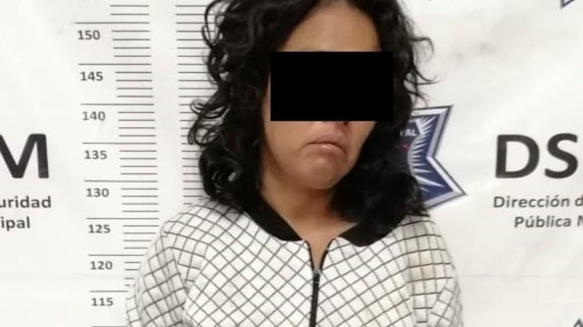 Mujer asalta autoservicio por whisky