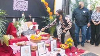 Este es el altar que instalaron en el DIF de Empalme por el Día de Muertos.