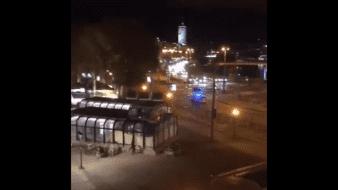 La policía de Viena tuiteó que los agentes estaban fuera de combate y que aún se estaban determinando las circunstancias exactas del incidente.