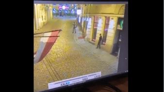 La agencia de noticias austriaca APA informó que el Ministerio del Interior dijo que un atacante ha sido abatido y que otro podría estar huyendo.