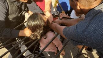 Niña se atora en reja al intentar huir de incendio en su hogar; policías la rescatan