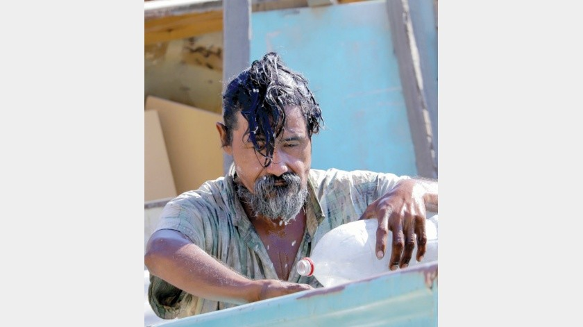 Una persona en situación de calle se refresca con agua, en la colonia el Mariachi al sentir el efecto del calor.(Julián Ortega)