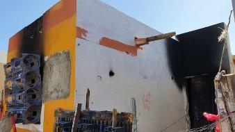 Queda atrapado hombre en vivienda que se quemaba; policías lo rescatan