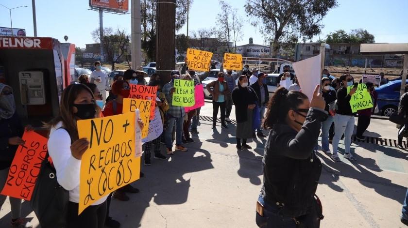 En la manifestación acudieron alrededor de 100 personas portando mantas y pancartas.(Sergio Ortiz)