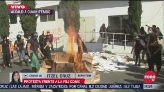 Según el portal ADN 40, la protesta de las feministas se tornó violenta y comenzaron a romper vidrios y quemar papelería.