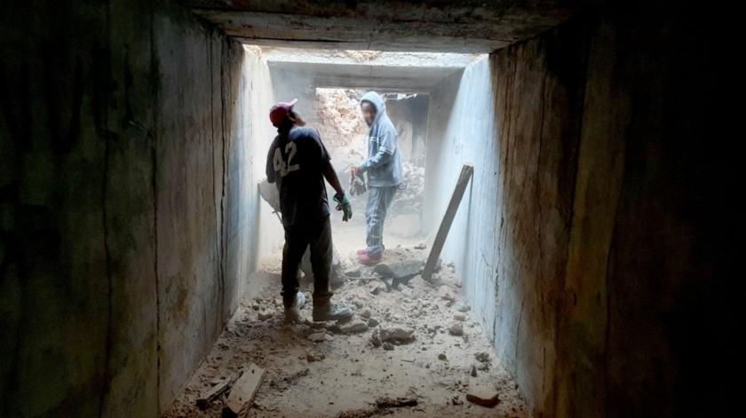 Los trabajos continúan con maquinaria diversa, dompes y trascabos, además de personal que con soldadura autógena desprende las gruesas varillas que aún quedan en el lugar(Julián Ortega)