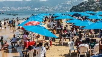 Las playas de Acapulco y Mazatlán lucieron abarrotas este día