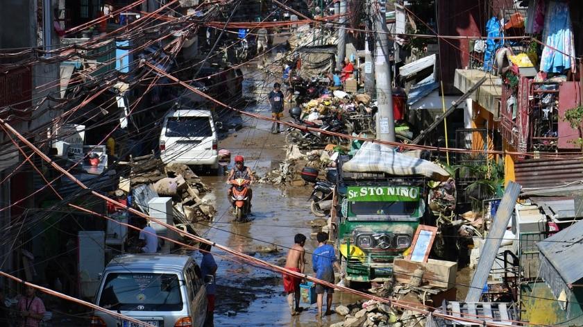 Camina sobre cables de alta tensión para recoger comida en Filipinas(Tomada de la red)