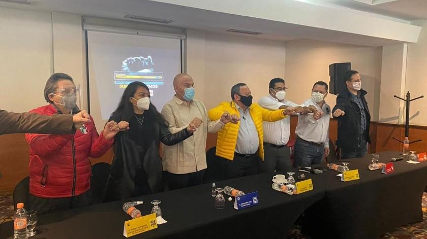 En la conferencia estuvo presente Mario Favela, presidente del Partido de Baja California; Carlos Jiménez Ruiz, presidente del PRI; Omar Sarabia Espinoza, PRD y Enrique Méndez Juárez, del PAN.(Glenn Sanchez)