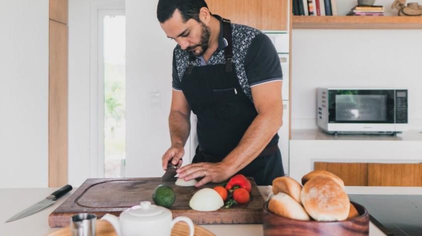 El chef ecuatoriano Rodrigo Pacheco en la cocina de su casa en Puerto Cayo, Manabí, Ecuador.(EFE)