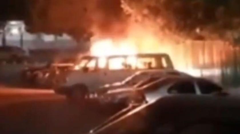 Prenden fuego y asesinan a médico fuera de IMSS Zacatepec(Captura de video)