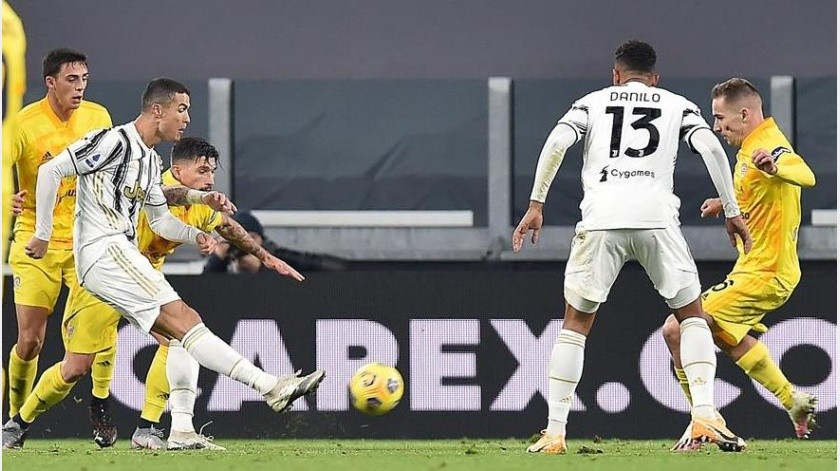 Cristiano Ronaldo marca el primer gol.(EFE)
