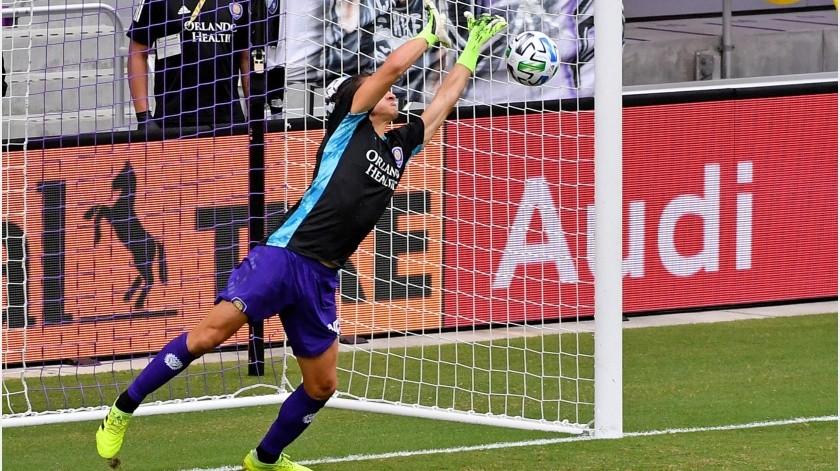 Rodrigo Schlegel, del Orlando City, tapa un disparo.(@MLS)