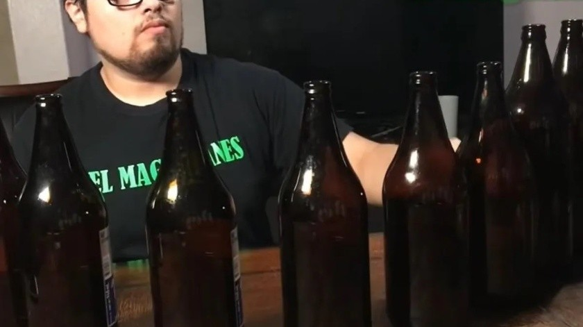 """Toca el """"caguamófono"""" y muestra que la cerveza no es solo para borrachos(Tomado de la red)"""