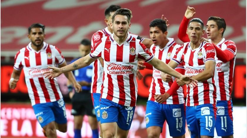 Jesús Angulo celebra el gol con sus compañeros.(Twitter @Chivas)