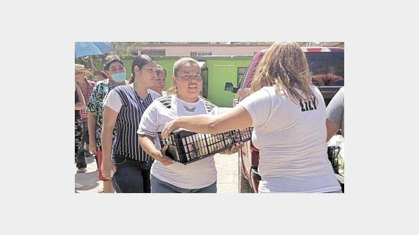 Amigos en Acción HMO al entregar apoyos en la colonia Tres Reynas.(Especial)