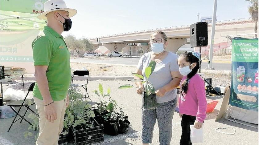 Vecinos del Sur de la ciudad acudieron al nuevo Reciclacentro ubicado en Plaza Patio, para dejar tapitas, cartón, botellas entre otros materiales reciclables.(Anahí Velásquez)