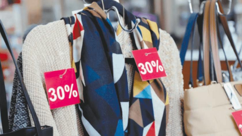 Se debe tener cuidado con las compras a crédito, recomienda economista.(Sergio Ortiz)