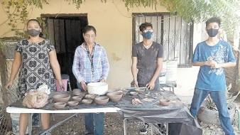 Se mantiene la tradición de trabajar la alfarería en la etnia yaqui.
