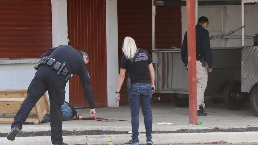 El ataque ocurrió frente a un negocio de comida que se encuentra cerrado por la contingencia sanitaria.(Sergio Ortiz)