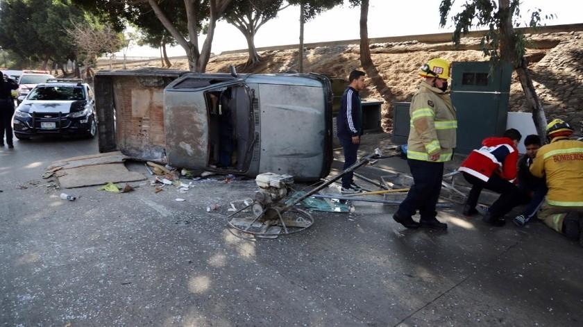 Vuelca camioneta sobre la Vía Rápida Oriente(Sergio Ortiz)
