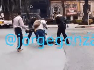 En la gragación difundida por redes sociales se puede ver que el hombre con un fierro golpea al muchacho quien queda tirado en el suelo.