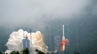 China lanza exitosamente sonda a la Luna para recolectar muestras