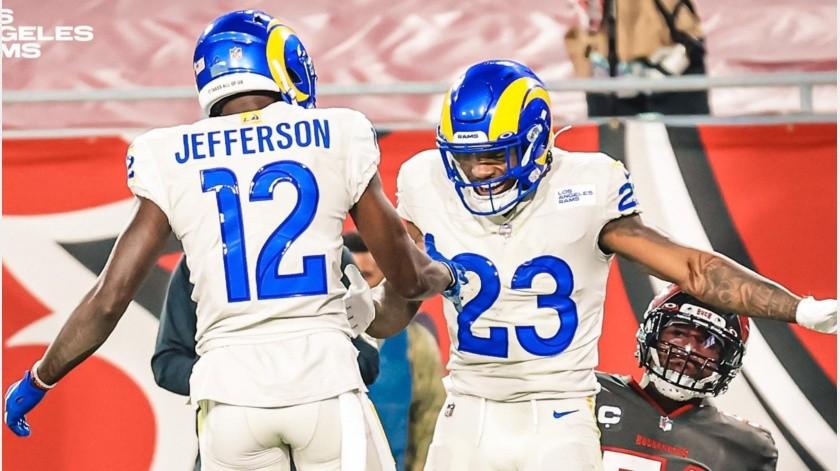 Los jugadores de los Rams celebran una anotación.(@LARams)
