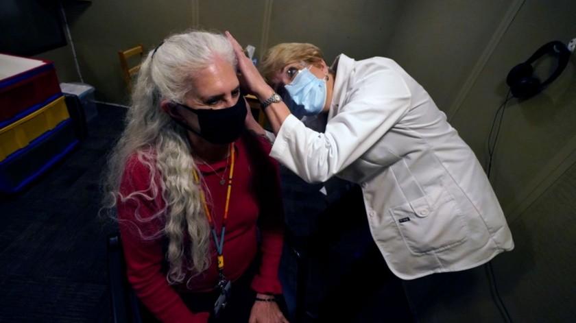La doctora Andrea Gohmert examina a Lynne Perler en el Centro Callier para Trastornos de la Comunicación de la Universidad de Texas, en Dallas.(AP)