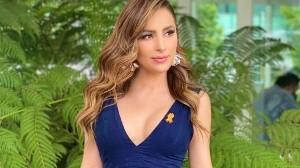 Cynthia Rodríguez deja ver sus piernas con este vestido