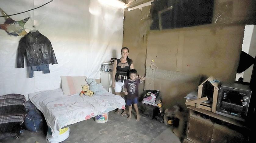 Nohemí está cargo de su hogar y trabaja en la limpieza de casas, pero por la pandemia le cancelaron sus servicios y ante la necesidad limpia vidrios en una gasolinera o va a un negocio a lavar loza.(Anahí Velásquez)